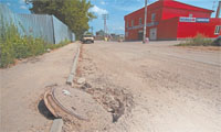 К новому микрорайону нужна еще одна дорога. Старая, вконец разбитая строительной техникой, уже не справляется с нагрузками