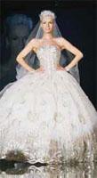 Свадебные наряды из цельного кружева сейчас как никогда популярны, и этот вариант - не исключение. При этом свадебное платье от Dolce&Gabbana имеет довольно